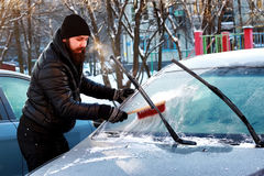Nieve del coche del cepillo del hombre del invierno Imagen de archivo