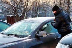 Nieve del coche del cepillo del hombre del invierno Fotos de archivo libres de regalías