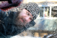 Nieve del coche del cepillo del hombre del invierno Imagenes de archivo