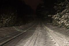 Nieve del invierno camino de última hora cubierto con nieve un coche condujo cerca Foto admitida las linternas fotos de archivo