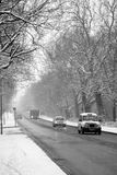 Nieve del invierno y tráfico de la hora punta Fotografía de archivo