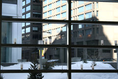 Nieve del patio del edificio de oficinas Foto de archivo libre de regalías