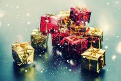 Nieve dibujada cajas de oro rojas de la tarjeta de Navidad Imagen de archivo libre de regalías