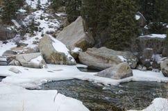 Nieve e hielo que derriten en el río Imágenes de archivo libres de regalías