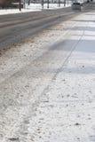 Nieve en el camino: Condiciones de conducción peligrosas Foto de archivo libre de regalías