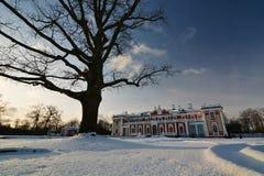 Nieve en el palacio de Kadriorg tallinn Estonia foto de archivo