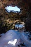 Nieve en el Raufarhólshellir Lava Tunnel, Islandia del sur foto de archivo