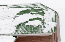 Nieve en el tejado de la casa fotos de archivo
