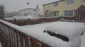 Nieve en la cerca en una calle del pueblo Fotografía de archivo