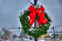 Nieve en la guirnalda con el arco rojo Imágenes de archivo libres de regalías