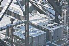 Nieve en la maquinaria del tejado Foto de archivo