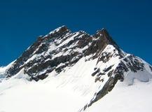 Nieve en la montaña imagen de archivo