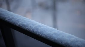 Nieve en la naturaleza del invierno de la verja del balcón metrajes