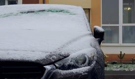 Nieve en la parte delantera del coche con los espejos exteriores doblados fotos de archivo