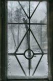 Nieve en la ventana vieja imagen de archivo