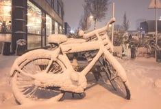 Nieve en las bicis delante de una casa Imágenes de archivo libres de regalías