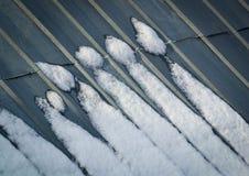 Nieve en las estatuillas del tejado Foto de archivo libre de regalías