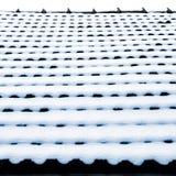 Nieve en las tejas de tejado Imagenes de archivo