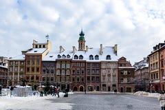 Nieve en plaza del mercado en la ciudad vieja Varsovia, Polonia fotos de archivo