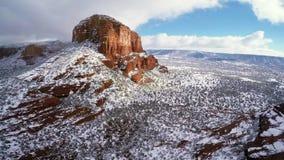 Nieve en rocas rojas almacen de video