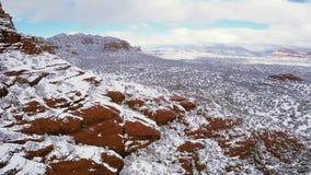 Nieve en rocas rojas almacen de metraje de vídeo