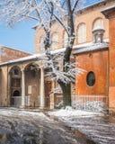 Nieve en Roma en Febryary 2018, basílica del santo Sabina, iglesia histórica en la colina de Aventine imagen de archivo