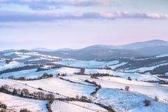 Nieve en Toscana, panorama del invierno de Radicondoli Siena, Italia foto de archivo