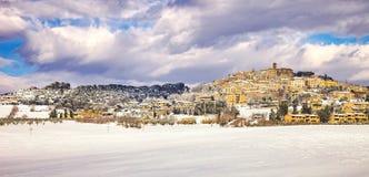 Nieve en Toscana, panorama del invierno del pueblo de Casale Marittimo Marem fotos de archivo