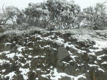 Nieve en un acantilado imagenes de archivo