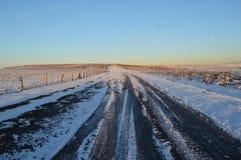 Nieve en un camino abierto imagenes de archivo