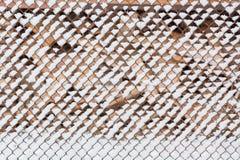 Nieve en una rejilla Es mucha nieve en una rejilla fotos de archivo