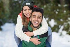 Nieve Forest Outdoor Winter Walk de los pares de la raza de la mezcla de los jóvenes Fotos de archivo libres de regalías