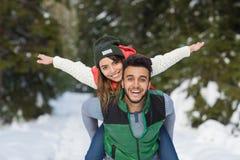 Nieve Forest Outdoor Winter Walk de los pares de la raza de la mezcla de los jóvenes Imágenes de archivo libres de regalías