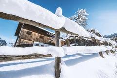 Nieve fresca en un día de invierno soleado Fotos de archivo libres de regalías