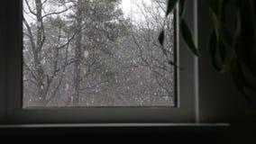 Nieve fuera de la ventana almacen de video
