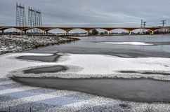 Nieve, hielo y puente de la ciudad foto de archivo libre de regalías