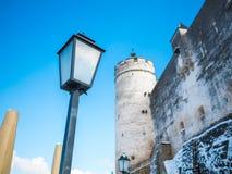 Nieve ligera del invierno de Salzburg Austria del cielo azul del castillo de la fortaleza de la lámpara foto de archivo libre de regalías
