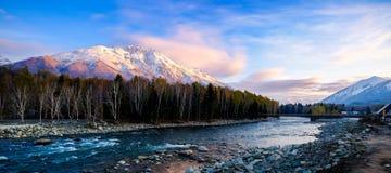 Nieve, montaña y lago Imagenes de archivo