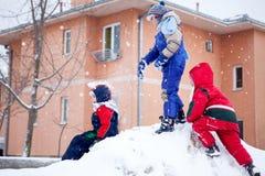 Nieve, niños que juegan en el tiempo nevoso afuera fotografía de archivo libre de regalías