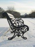 Nieve, parque de Phoenix, Dublín, Irlanda, banco de parque Imagenes de archivo