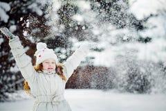 Nieve que cae alrededor del niño Fotografía de archivo libre de regalías