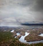 Nieve que cae arriba río del bosque Fotografía de archivo