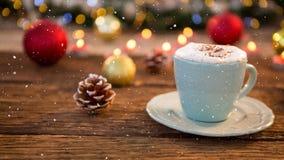 Nieve que cae con la decoración del café de la Navidad