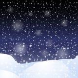 Nieve que cae contra el cielo nocturno oscuro Fotografía de archivo