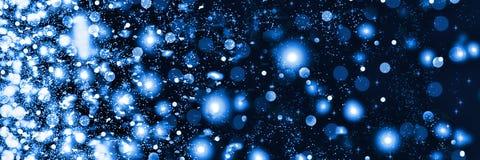 Nieve que cae en la noche La Navidad del Año Nuevo En los copos de nieve mullidos blancos de un fondo negro libre illustration