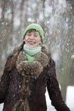 Nieve que cae en mujer Imagen de archivo