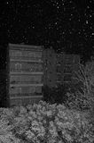 Nieve que cae sobre árboles y edificios de la ciudad Imágenes de archivo libres de regalías