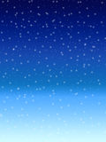 Nieve que cae sobre fondo azul del cielo del invierno de la noche Foto de archivo
