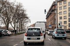 Nieve que cae sobre la calle francesa con punto de vista del conductor en Imágenes de archivo libres de regalías
