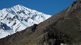 Nieve que cubre una alta montaña metrajes